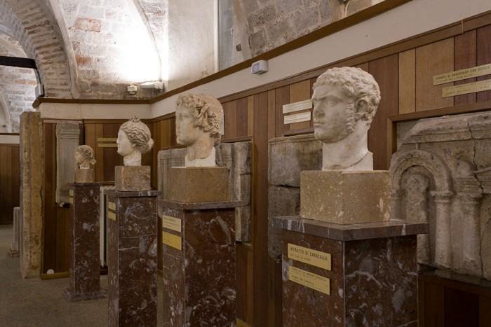 Teste marmoree, in primo piano ritratto di Caracalla, III secolo d.C.